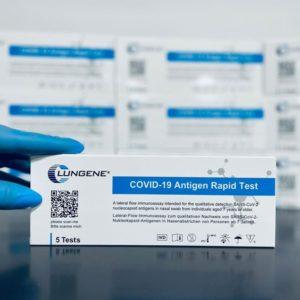 Eine Clungene Covid-19 Laien-Selbsttest im Vordergrund, weitere Verpackungen unscharf im Hintergrund